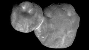 """Das """"Ultima Thule"""" genannte """"transneptunische"""" Kuiper Gürtel Objekt (486958) 2014 MU 69 Größe ca. 31 km Gesamtlänge, die Dicke ist noch fraglich. Vermutlich ist der größere Teil recht flach (""""Pfannkuchen"""") und der kleinere eher geformt wie eine Walnuss. Bildquelle: NASA (New Horizons Sonde)"""