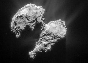 """Der Kern des Kometen 67P/Tschurionow Gerassimenko, Größe: ca. 3,5x4km. Aufgenommen von der europäischen Raumsonde """"Rosetta"""" Man sieht wie die Oberfläche durch die Abschmelzvorgänge der vielen Sonnenpassagen verändert wurde, ebenso sind Ausgasungen sichtbar. Bildquelle: ESA"""