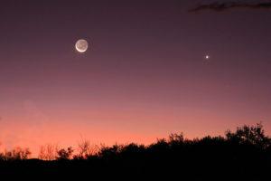 Mond und Venus: Mondsichel mit aschrauem Mondlicht zusammen mit Venus. Canon 60D mit 135mm Teleobjektiv, ASA 100, 5 Sekunden belichtet.
