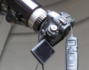 Canon 60D mit Fernauslöser, angesetzt an einen 150mm Refraktor mit 1200mm Brennweite