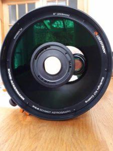 Blick von vorne auf den RASA 8. Die Kollimierungsschrauben sind durch die Löcher des Kameraadapters zu erkennen.