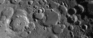 Der Krater Stöffler in Bildmitte, aufgenommen im Fokus eines C14 (f = 3900mm), einer Celestron Skyris 445M und Baader IR Passfilter. 144/1800 frames gestackt mit AviStack. Die Bildauflösung des Originals liegt so bei 1000 Meter.