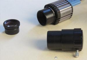 """Die teilbare Baader Q-Turret Barlowlinse. Das optische Element kann direkt in die 1¼"""" Steckhülse eingeschraubt werden. Verlängerungsfaktor dann ca. 1,7-fach, in der Verlängerungshülse ca. 2,2-fach"""