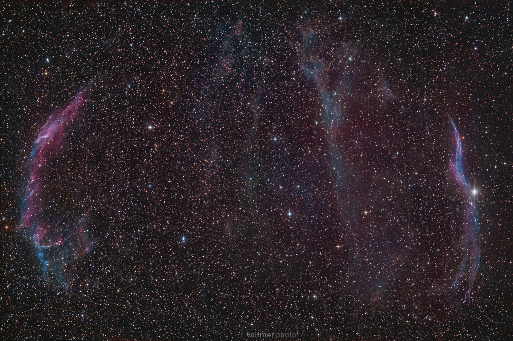 Cirrus-Nebel-Komplex im Sternbild Schwan. Die Region passt mit einem RASA 8 und einem APS-C-Sensor vollständig ins Bild. Belichtet wurde rund 70 Minuten (141 x 30 s) mit einer Fujifilm X-T3 (ISO 800) am Celestron RASA 8. Aufnahmeort: Spicherer H??he bei Saarbrücken. Cirrus-Nebel-Komplex im Sternbild Schwan. Die Region passt mit einem RASA 8 und einem APS-C-Sensor vollsttändig ins Bild. Belichtet wurde rund 70 Minuten (141 x 30 s) mit einer Fujifilm X-T3 (ISO 800) am Celestron RASA 8. Aufnahmeort: Spicherer Höhe bei Saarbrücken.